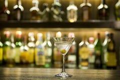 Martini-Getränkcocktail in einem Stab Stockfotografie