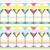 Martini-Glas mit bunten Getränken in gravierter Art Nahtloses Muster von Gläsern auf gestreiftem Hintergrund Stockbilder
