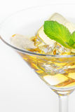 Martini-Glas mit Eis und Minze Stockbild