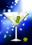 Martini-Glas mit Oliveninternet-Hintergrund Stockbild