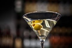 Martini koktajl z zielonymi oliwkami Obraz Stock