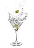Martini med oliv och färgstänk Arkivfoto