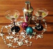 Martini met olijven en zilveren shaker Stock Afbeeldingen