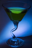 Martini mit Olive Lizenzfreie Stockfotografie
