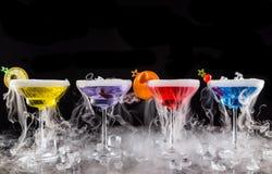 Martini napoje z suchego lodu dymu skutkiem obraz stock