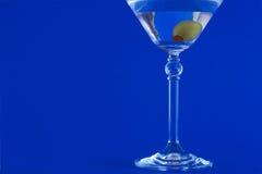 Martini op blauwe achtergrond stock fotografie