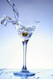 Martini que está sendo derramado em um vidro Foto de Stock