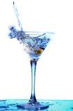 Martini que está sendo derramado em um vidro Fotografia de Stock Royalty Free