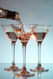 Martini que está sendo derramado em um vidro Fotos de Stock Royalty Free