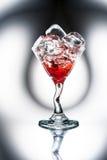 Martini rojo (cóctel) con los cubos de hielo Fotos de archivo