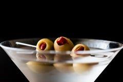 Martini seco clássico com azeitonas imagens de stock