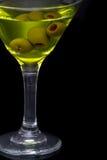 Martini seco y aceitunas verdes en vidrio Imagen de archivo libre de regalías