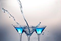 Martini som hälls från avlägsna och Martini drinkar Royaltyfria Foton