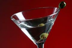 Martini und Olive Lizenzfreie Stockfotos