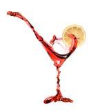 Martini vermelho que está sendo derramado dentro um vidro de martini fotos de stock