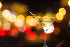 Martini in vetro con le olive sul fondo del bokeh Immagini Stock Libere da Diritti
