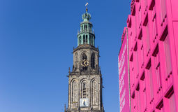 Martini wierza i różowy budynek w centrum Groningen Obraz Royalty Free