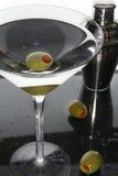 Martini y aceitunas Imagenes de archivo