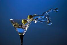 Martini y aceitunas verdes Foto de archivo