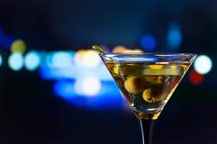 Martini y aceitunas verdes Imagen de archivo libre de regalías