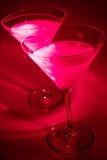 Martinis auf rotem Hintergrund Lizenzfreies Stockbild