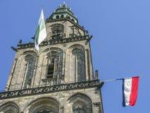 Martinitower στο Γκρόνινγκεν, οι Κάτω Χώρες με τις σημαίες Στοκ εικόνα με δικαίωμα ελεύθερης χρήσης