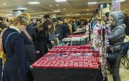 Женщины покупая martisoare для того чтобы отпраздновать начало весны на mar Стоковое Изображение
