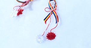 Martisor με τα ρουμανικά στοιχεία tricolor, τα κόκκινα τριαντάφυλλα και το διακοσμητικό υπόβαθρο διακοπών Μολδαβικές και ρουμανικ φιλμ μικρού μήκους