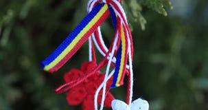 Martisor με τα ρουμανικά στοιχεία tricolor στο υπόβαθρο σύστασης χιονιού Μολδαβικό και ρουμανικό σύμβολο άνοιξη Το Martisor είναι απόθεμα βίντεο