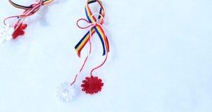 Martisor con gli elementi tricolori rumeni, le rose rosse ed il fondo decorativo di festa Molla ed amore moldavi e rumeni stock footage