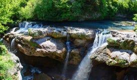 Martvili峡谷全景在乔治亚 美丽的自然峡谷有山河的看法 免版税库存照片