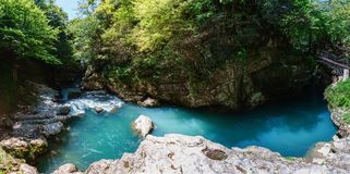 Martvili峡谷全景在乔治亚 美丽的自然峡谷有山河的看法 免版税库存图片