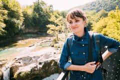 Martvili峡谷,乔治亚 享受在Martvili峡谷的旅游年轻美丽的相当白种人女孩妇女参观 库存照片