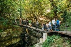 Martvili kanjon, Georgia Turistfolk som besöker i Martvili fotografering för bildbyråer