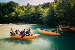 Martvili kanjon, Georgia Turistfolk som Rafting i det Rubber fartyget royaltyfria foton