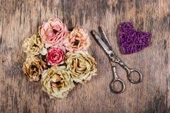 martwe róże Łozinowy serce starzy ilustracyjni nożyczki położenie Przechodząca miłość Fotografia Royalty Free