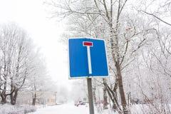 Martwego kona drogowy znak na zimy niebie i drzewa tle obraz royalty free