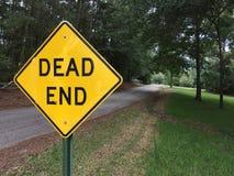 Martwego Kona znak z martwy koniec drogą w tle zdjęcia stock