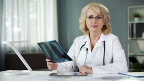 Martwiący się o pacjentów zdrowie lekarce poważnie patrzeje w kamerę, medycyna obraz royalty free
