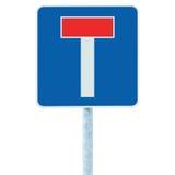 Martwy koniec żadny - przez drogowego ruchu drogowego znaka wyszczególniał zbliżenie, odosobniony pobocza T signage, słup poczta  Obrazy Stock
