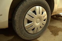 Maruti Alto Old Tyres mit es ` s Abdeckung Stockfoto