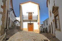 MARVAO, PORTUGAL: Ruas cobbled típicas com casas e as arcadas whitewashed fotografia de stock