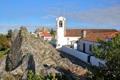 MARVAO, PORTUGAL: Santiago Church com o castelo no fundo fotos de stock royalty free