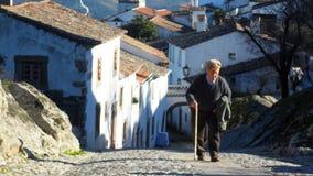 Marvao, PORTUGAL - viejo hombre que camina cuesta arriba en pueblo histórico Fotografía de archivo libre de regalías