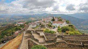 MARVAO, PORTUGAL: Vista da vila fortificada e dos montes circunvizinhos do castelo foto de stock