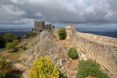 MARVAO, PORTUGAL: Vista do castelo com os montes circunvizinhos sob um céu tormentoso imagem de stock