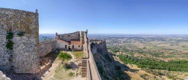 Marvao slottborggård och uppehälle med en sikt av det Alto Alentejo landskapet Arkivfoto