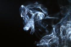 Marvellous abstrakcjonistyczny bławy dym przeciw ciemnemu tłu obraz royalty free