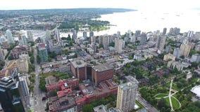 Marvellous flyg- sikt för surr 4k på Vancouver modern arkitekturskyskrapa vid för cityscapeseascape för flod i stadens centrum ho arkivfilmer