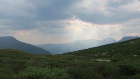 Marvellous himmellandskap i bergen Solstr?lar g?r deras v?g till och med molnen stock video